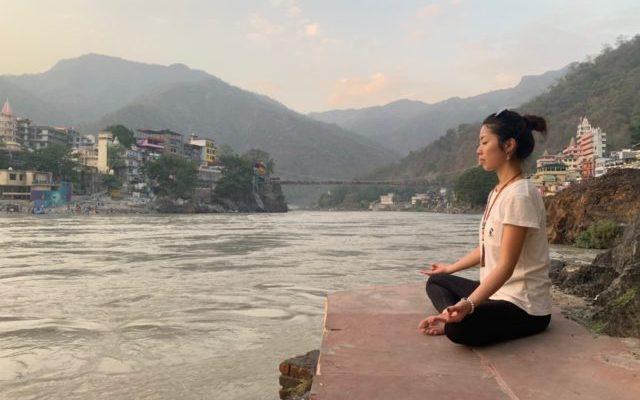 リシケシのガンガーの前で瞑想