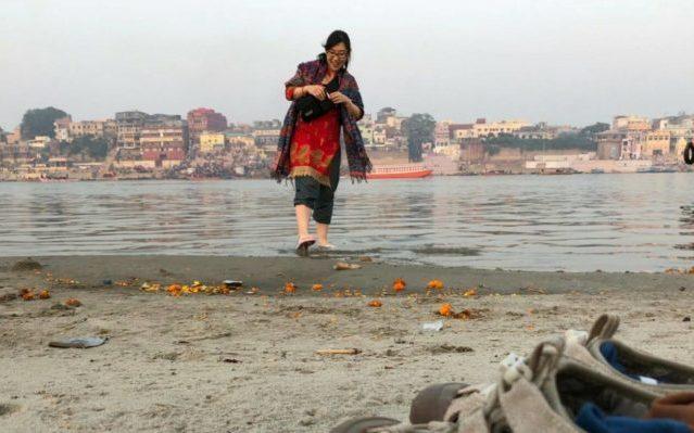 バラナシの川に足をつけて遊ぶちーちゃん
