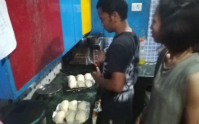 オーブントースターでパンを焼く写真