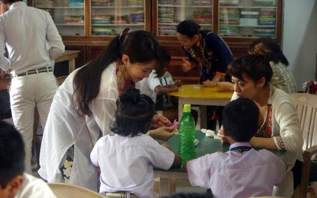 インドの学校で折り紙を教えるいっちゃん
