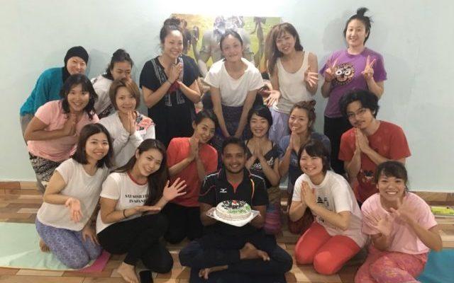 講師プラカーシュの誕生日を参加者みんなで祝う