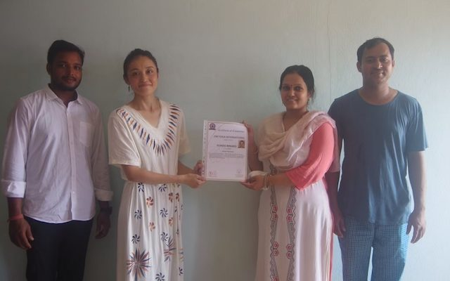 修了書と一緒にプラカースシュ先生とルチカ先生と理事長ラディカ先生と。