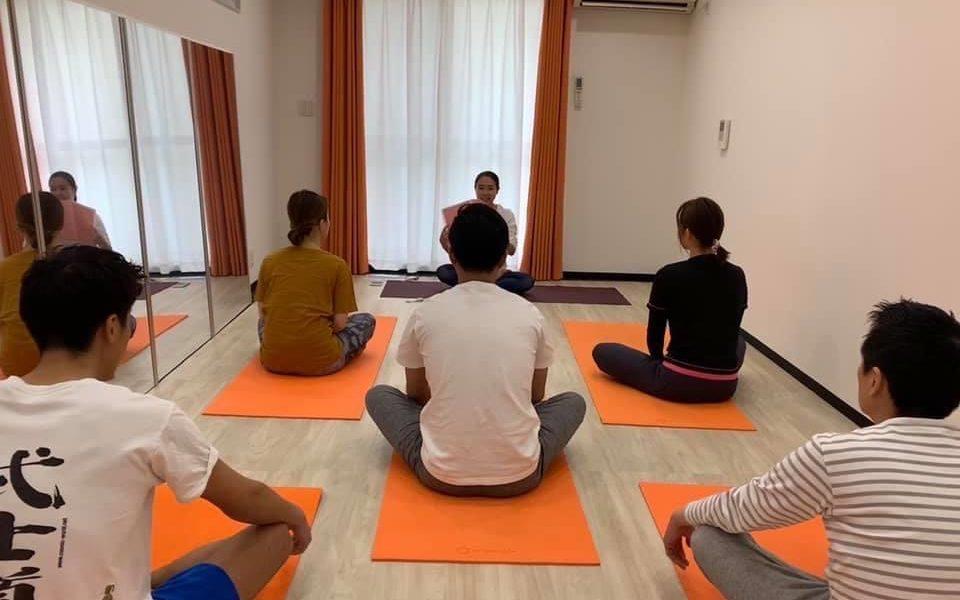 日本で同窓会の集いでアーサナを教えている様子