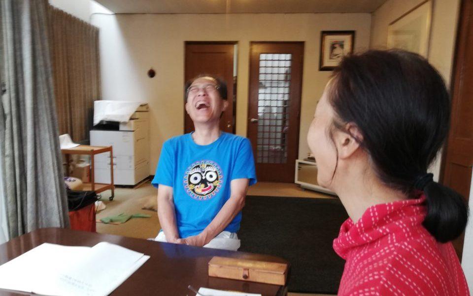 夫婦で瞑想後のシェアリングの際に大笑いする夫
