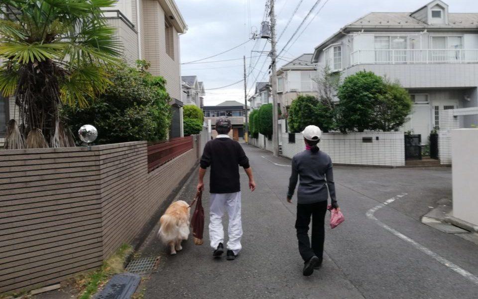 坂本さんのごご両親が散歩へ出かけている写真