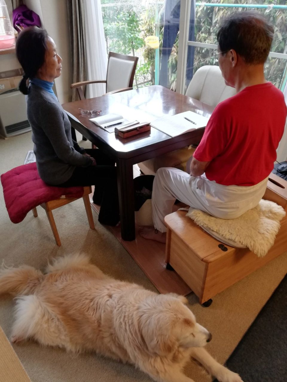 ご自宅で夫婦で瞑想をしている様子