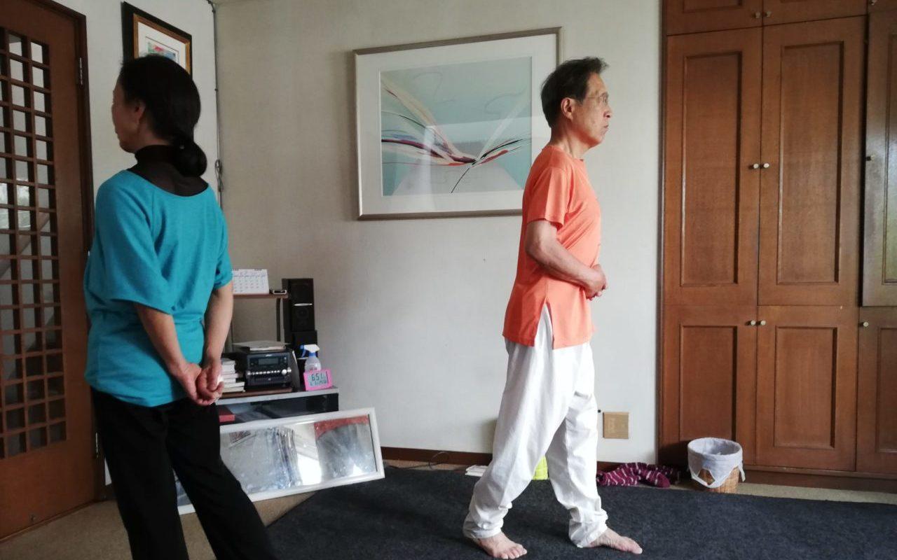 坂本さんのご両親がご自宅で歩行瞑想をしている