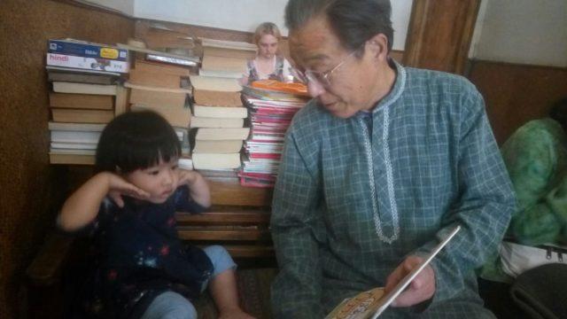 孫に絵本を読み聞かせる親父
