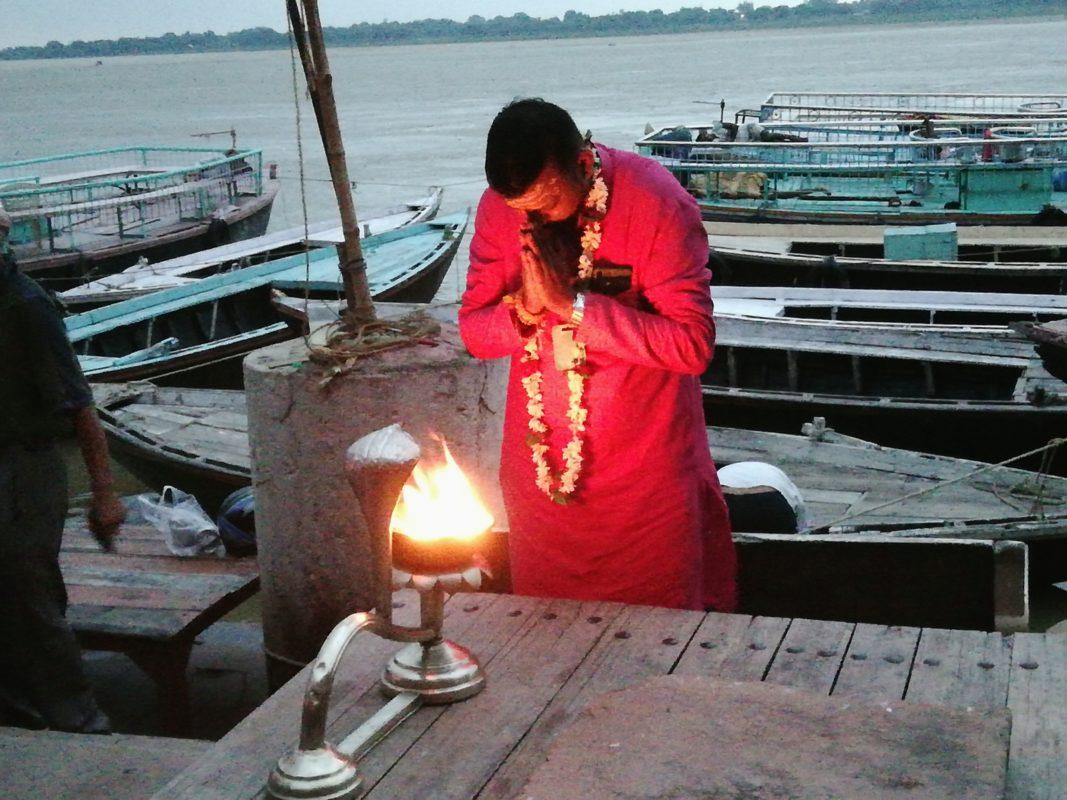 祈りを捧げる人